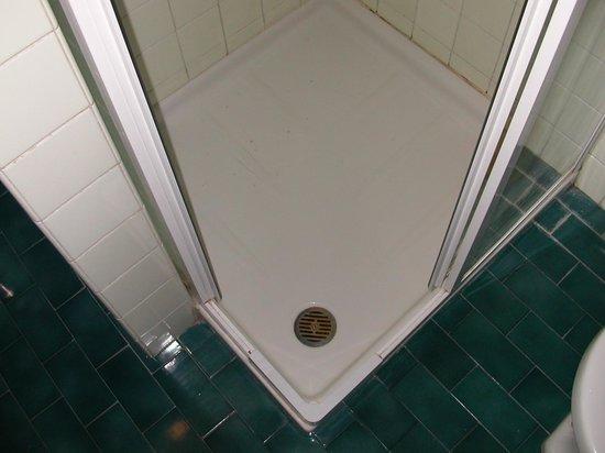 โรงแรมชาเลสตัน:                                     Think about the size of a plug hole ...