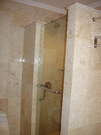 Hotel Kumala Pantai: gorgeous shower