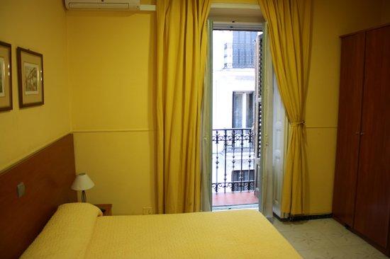 Hostal Cervantes : Porte donnant sur le balcon