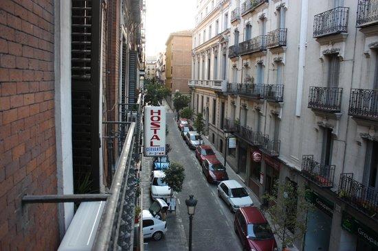 Hostal Cervantes : Vue sur la rue Cervantes du balcon de la chambre