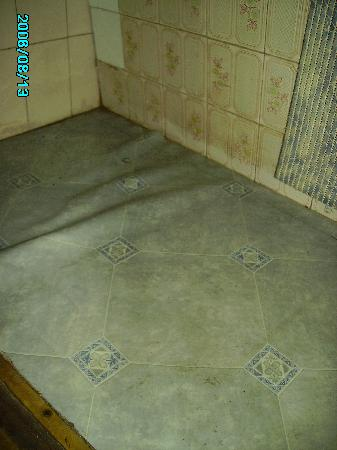 Aboriginal Hostel: Floor in bathroom, water logged