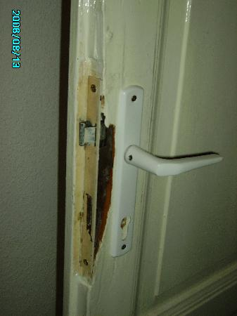 Aboriginal Hostel: unsecure door lock