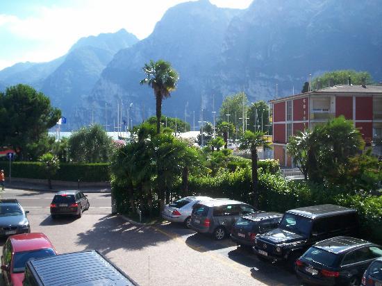 LakeFront Hotel Mirage: Vue du parking extérieur
