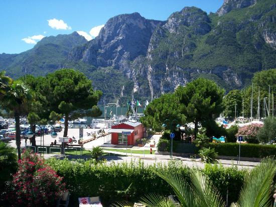 LakeFront Hotel Mirage: Vue du petit port de voiliers de Riva