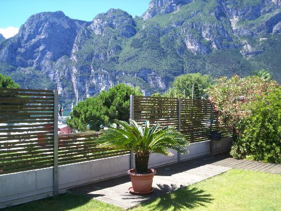 LakeFront Hotel Mirage: Vue de la terrasse solarium