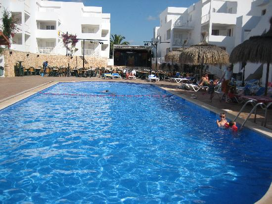 Aparthotel Ferrera Blanca: The main pool and Entertainment stage