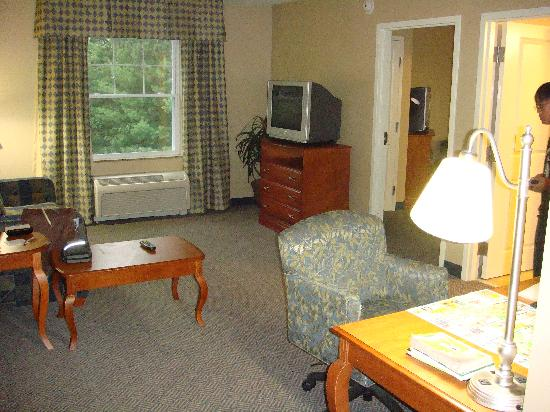 Hampton Inn & Suites North Conway: king suite living room
