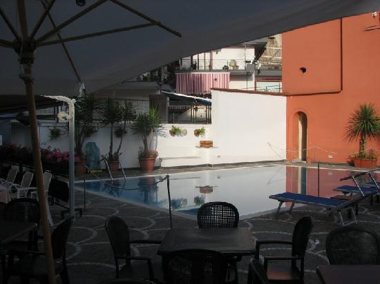 Hotel Villa Maria: Pool and bar area