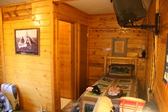 Cleft of the Rock B&B: Interior of our cabin