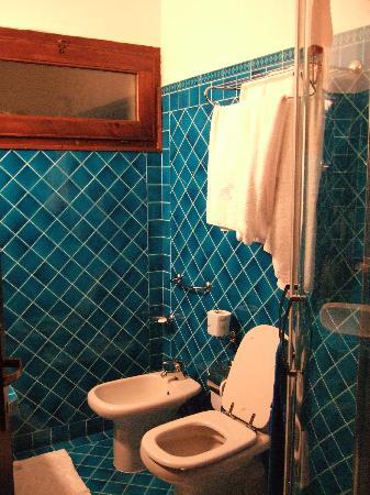 Is Morus Relais : Urano Cottage tiny bathroom