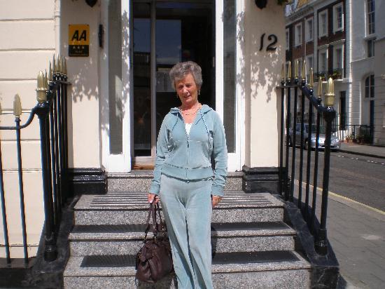 Comfort Inn Buckingham Palace Road : Outside the hotel