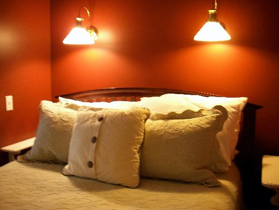 The Inn at Chateau Grand Traverse: The very comfy bed