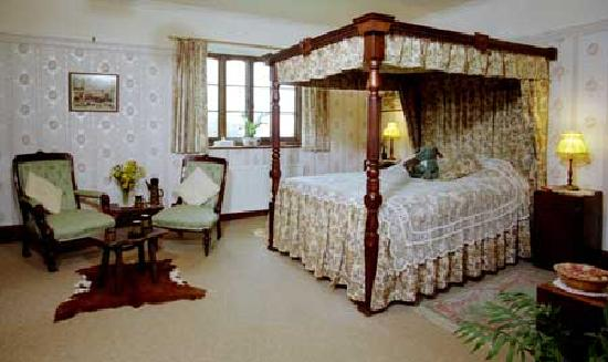 Cutthorne: The fourposter bedroom.
