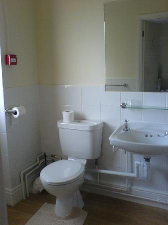 Rohaven Guest House: Bathroom