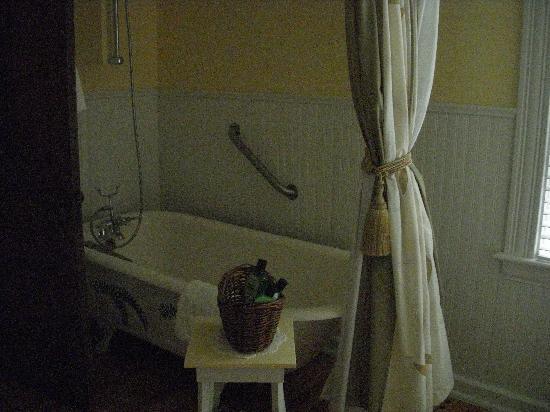 Alicion Bed & Breakfast: Soak Tub ~ they even supply the bath salts.