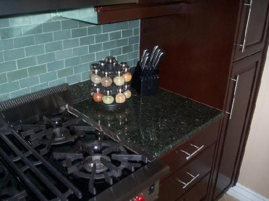Meridian Luxury Suites: The real Kitchen in our room