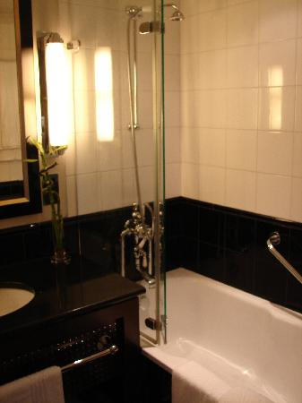 Sofitel London St James: The bath/shower - extremely powerful!