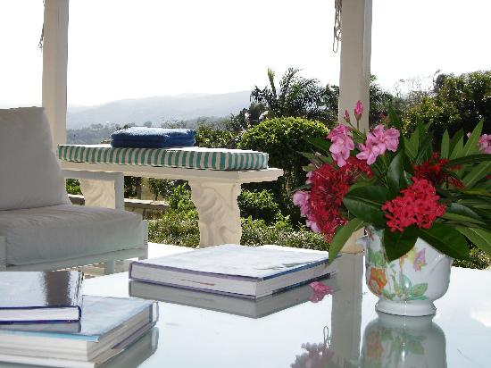 Round Hill Hotel & Villas: View from outdoor living room