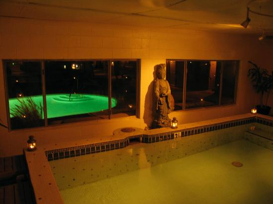 Nurturing Nest Mineral Hot Springs Retreat and Spa: Mineral Spa at night