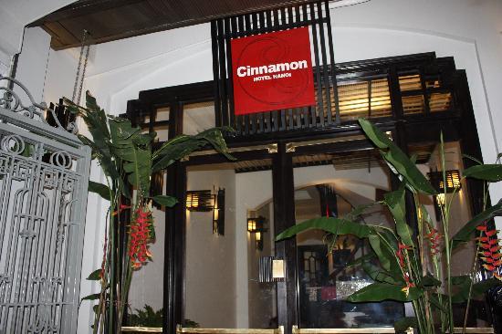 Cinnamon Hotel: entrance