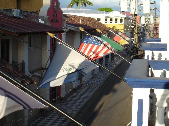 Hotel Colonial : flags out front