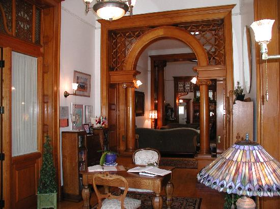 Royal Elizabeth Bed and Breakfast Inn: Entry Foyer