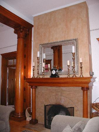 Royal Elizabeth Bed and Breakfast Inn: Fireplace