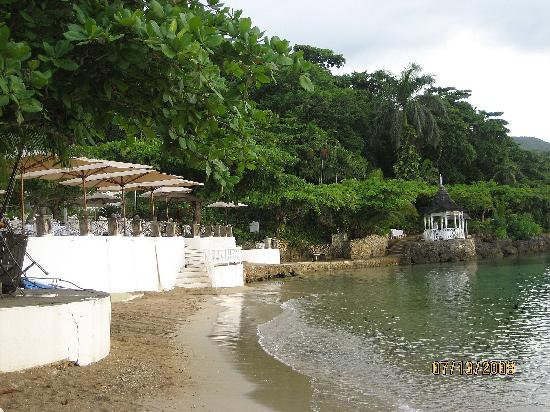 Round Hill Hotel & Villas: Dining & beach area