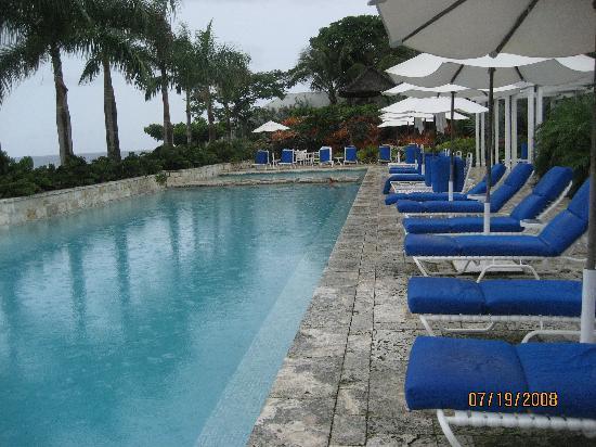 Round Hill Hotel & Villas: Edgeless Pool