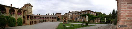 Sinalunga, Italie : overveiw of court- yard area
