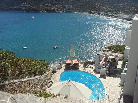 Niriedes Hotel: View of the sea and the pool from the family room