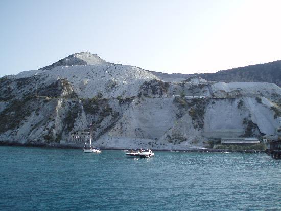 Lipari, Italia: montagna di pomice, vista dal mare