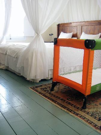 Hotel La Fuente De La Higuera: Deluxe suite bedroom (with added cot)