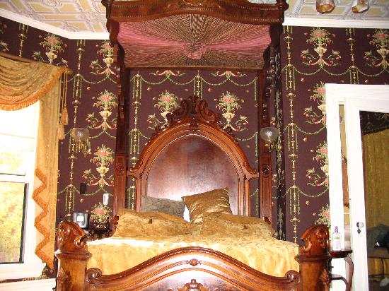 Rivertown Inn: The bed in the Browning Suite