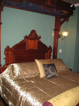 Rivertown Inn: King-sized Bed!