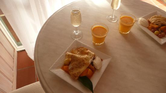 The Castle Villa by the Sea: Champagne Breakfast