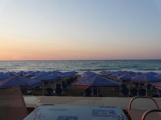 Eva Bay Hotel : Pool bar overlooks beach.