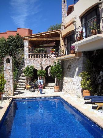 Casa Estrella de la Valenciana: piscina y casa por fuera. comedor arriba