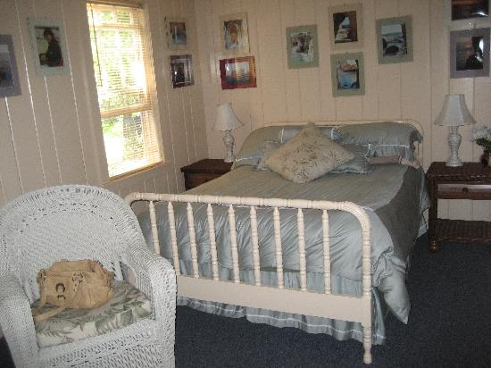 Beach Plum Motor Lodge : Bedroom, from entrance. Comfy Bed!