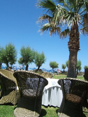 Aquila Rithymna Beach Hotel : une partie des tables du restaurant principal