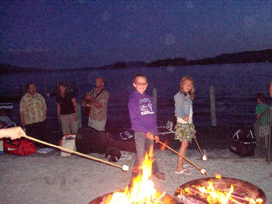 The Sagamore Resort: Roasting Marshmallows by Lake