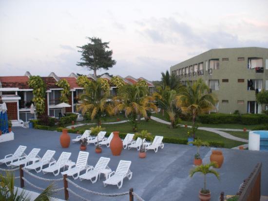 Casa del Mar Cozumel Hotel & Dive Resort: View of hotel from bridge over street