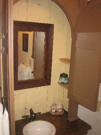18th Century Inn : Vanity open.