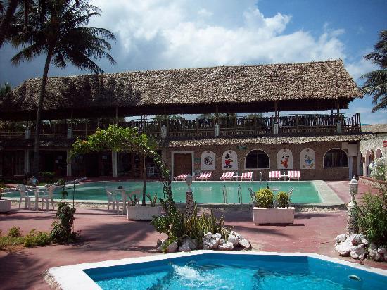 Jangwani Seabreeze Resort: Pools at restaurant side
