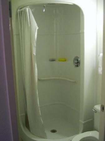 Motel 6 Minneapolis North: The strange shower pods...surprisingly comfortable!  And notice how clean everything is.
