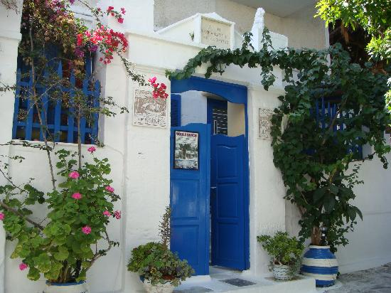 Voula Beach Rooms: Entrance from the street