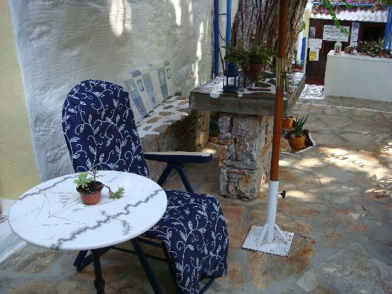 Voula Beach Rooms: Sun seats
