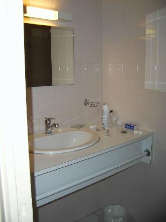 Hotel Armoricaine : sink in shower room