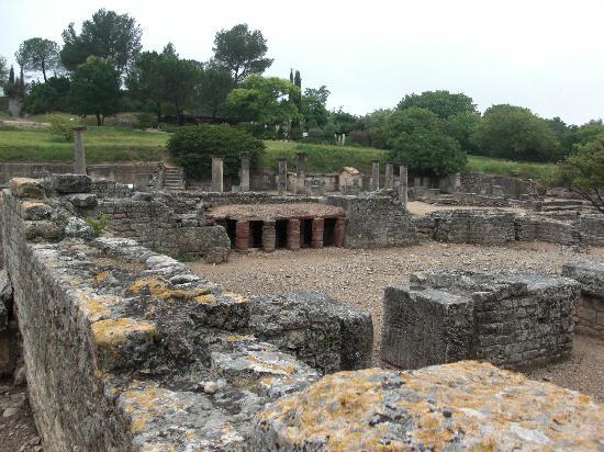Le Chateau des Alpilles : Roman baths at Glanum