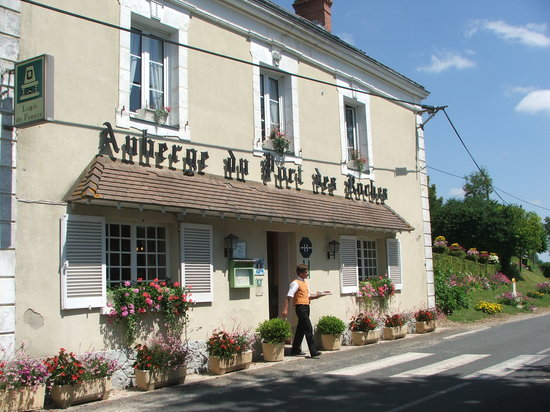 Luche-Pringe, France: The Auberge from the front